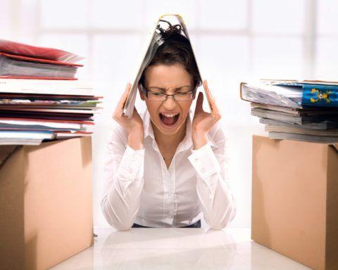 При стрессе в кровь выбрасываются катехоламины, которые сужают сосуды и повышают АД