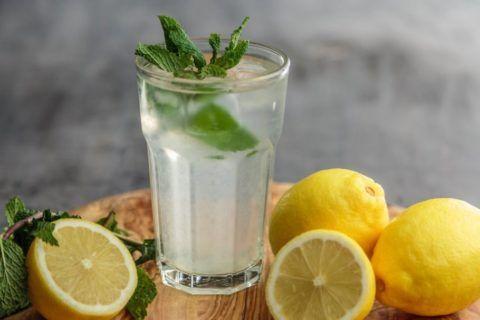 Лимонный напиток с медом и мятой