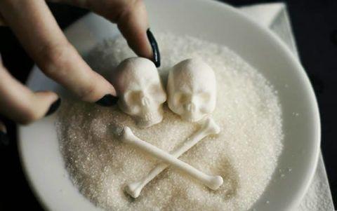Сахар разрушает полезный для организма холестерин.