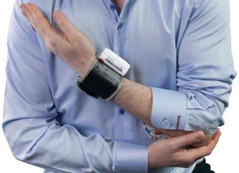 Во время измерения давления рука должна находится на уровне сердца.
