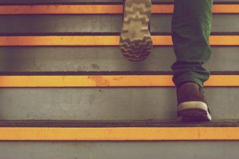 Спровоцировать приступ может подъем по лестнице