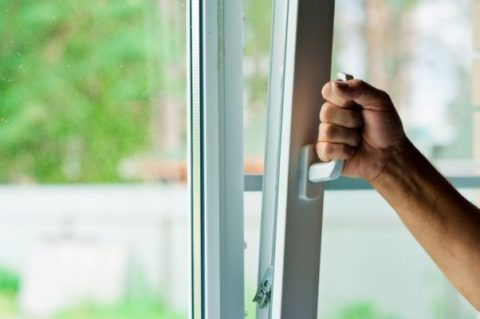 Первым делом нужно открыть окно или форточку