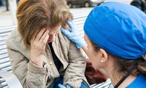 При первых симптомах ишемического шока человеку нужно удобно усадить