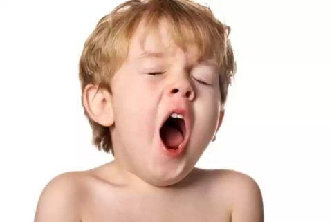 Ребёнок хорошо спит, явно не устаёт, но часто зевает? Нужно срочно идти к педиатру