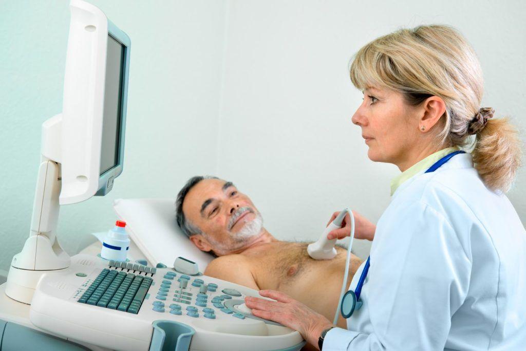 На фото проведение УЗИ-диагностики