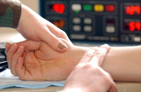 Гипотоникам и гипертоникам необходимо измерять давление и пульс регулярно