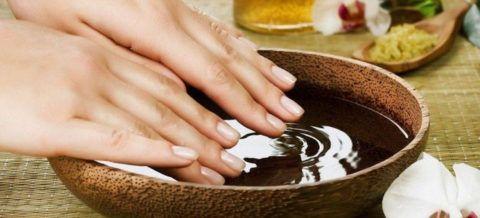 В качестве экстренной помощи при очень высоком давлении можно сделать горячую ванночку для рук