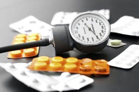 Снизить артериальное давление можно медикаментозными средствами.