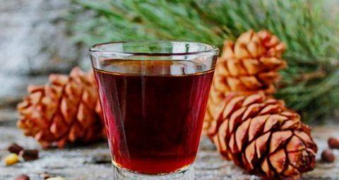 При скачках давления помогает настойка сосновых шишек на спирту или водке