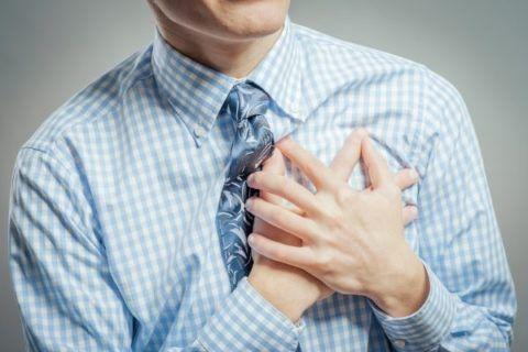 Дискомфорт в области груди может говорить о экстрасистолической аритмии.