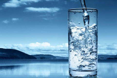 Лучшим средством, помогающим понизить АД после пьянки, является минеральная вода