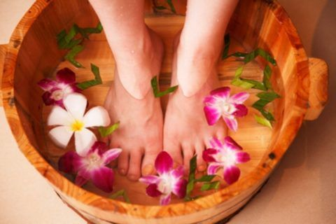Ванночки для ног улучшают кровообращение.