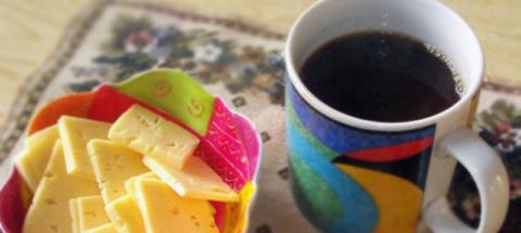 Цена чашки натурального кофе и нескольких кусочков сыра – хорошее самочувствие утром
