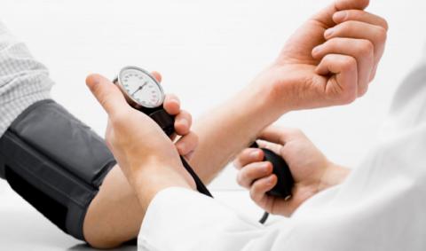 Повышение показателей АД выше 140 на 90 требуют терапевтической коррекции