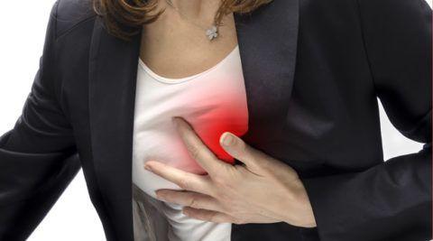 Боль в области сердца – первый признак ИМ.
