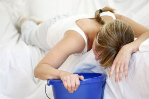 Одним из главных симптомов патологии является тошнота